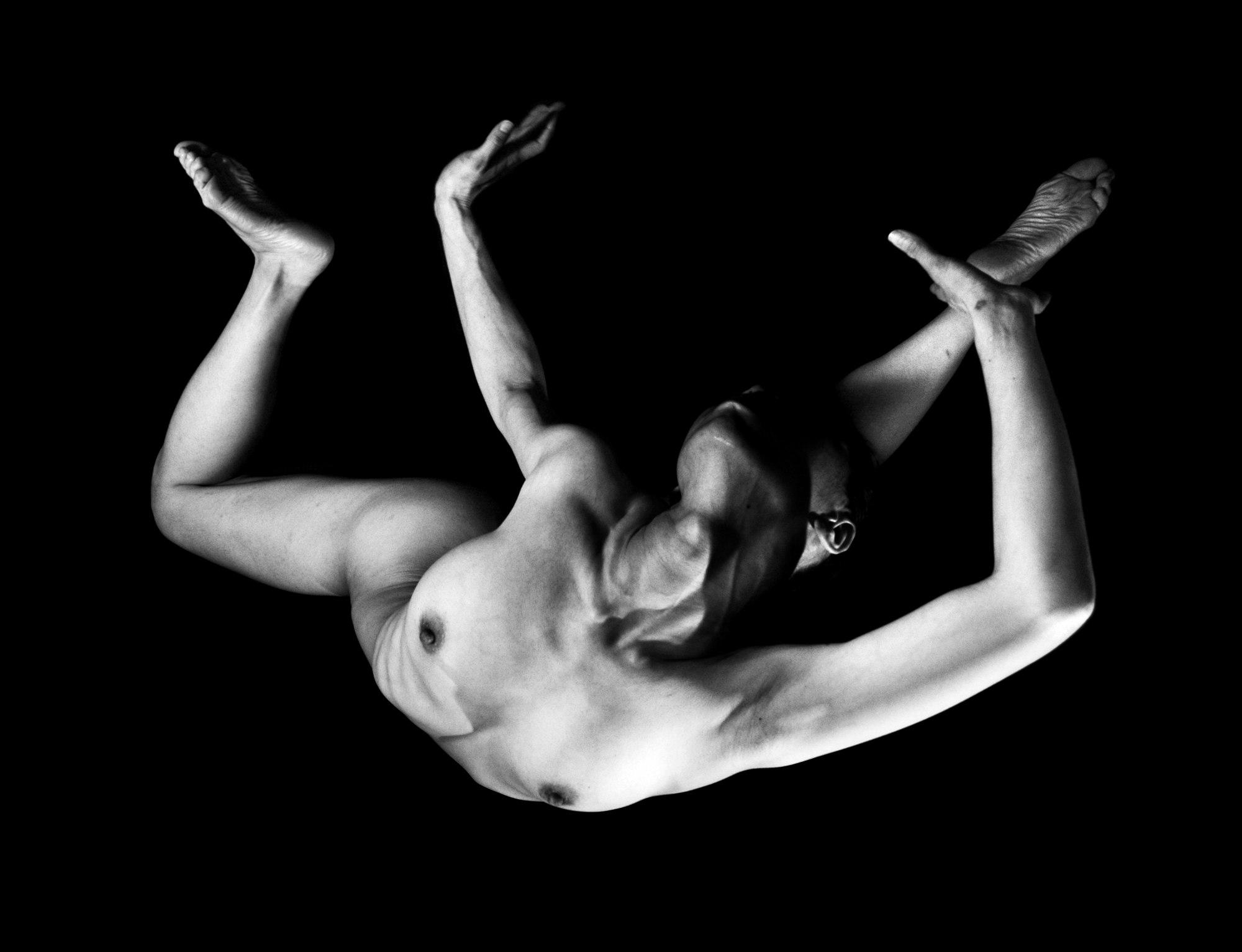2011 / Falling / 90x60 cm / Photo by Suelynee 何書伶