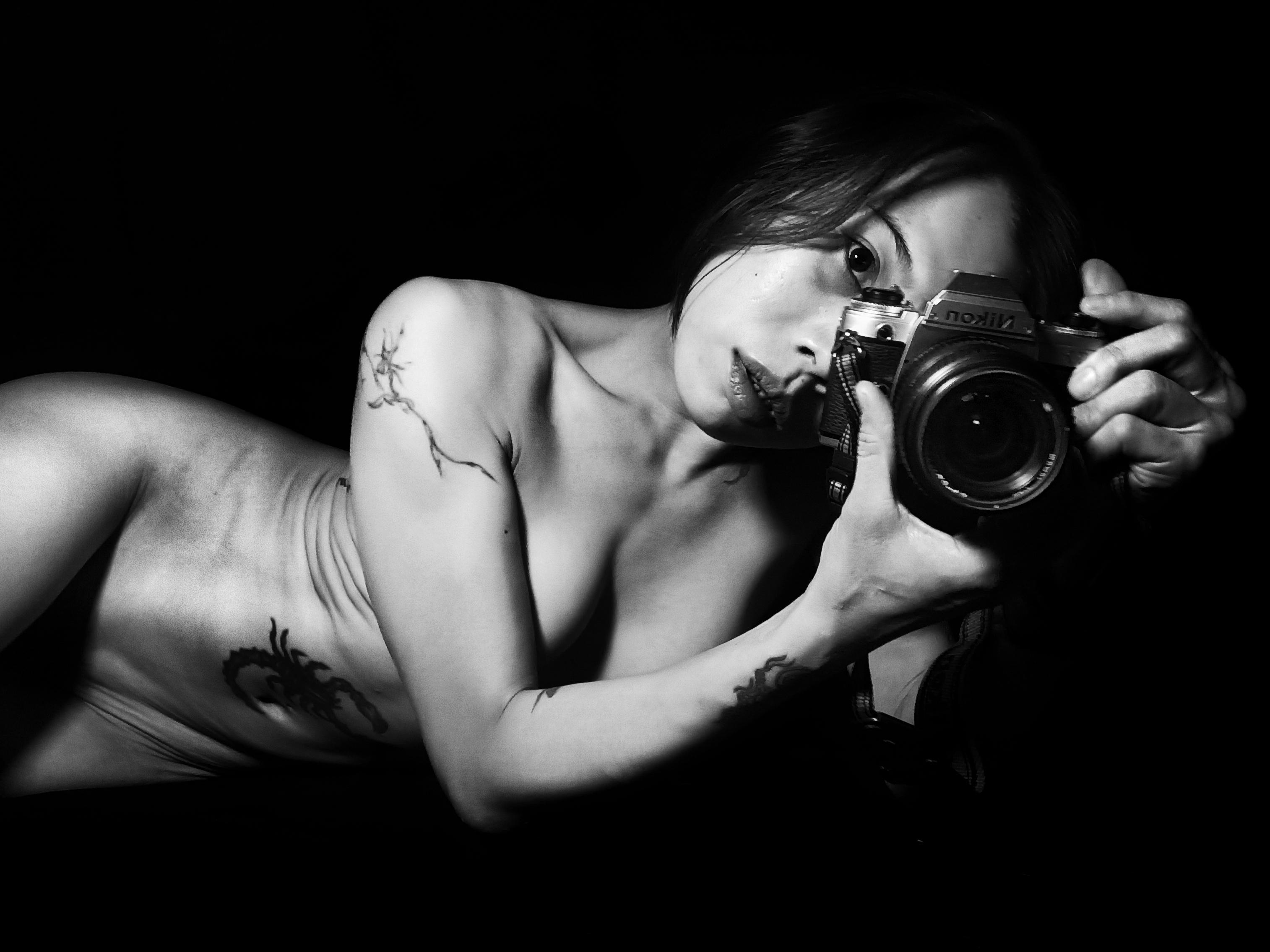 Suelynee Ho Taiwan artist black and white nude art
